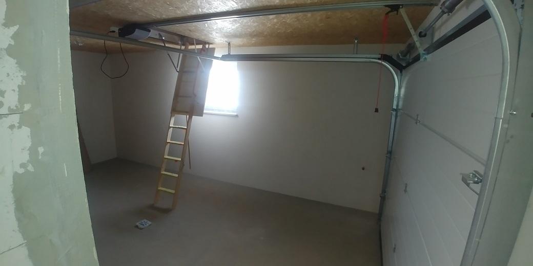 garaż w bryle domu z wyjściem na strych